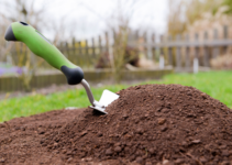 What is a Garden Trowel and How Do You Use It