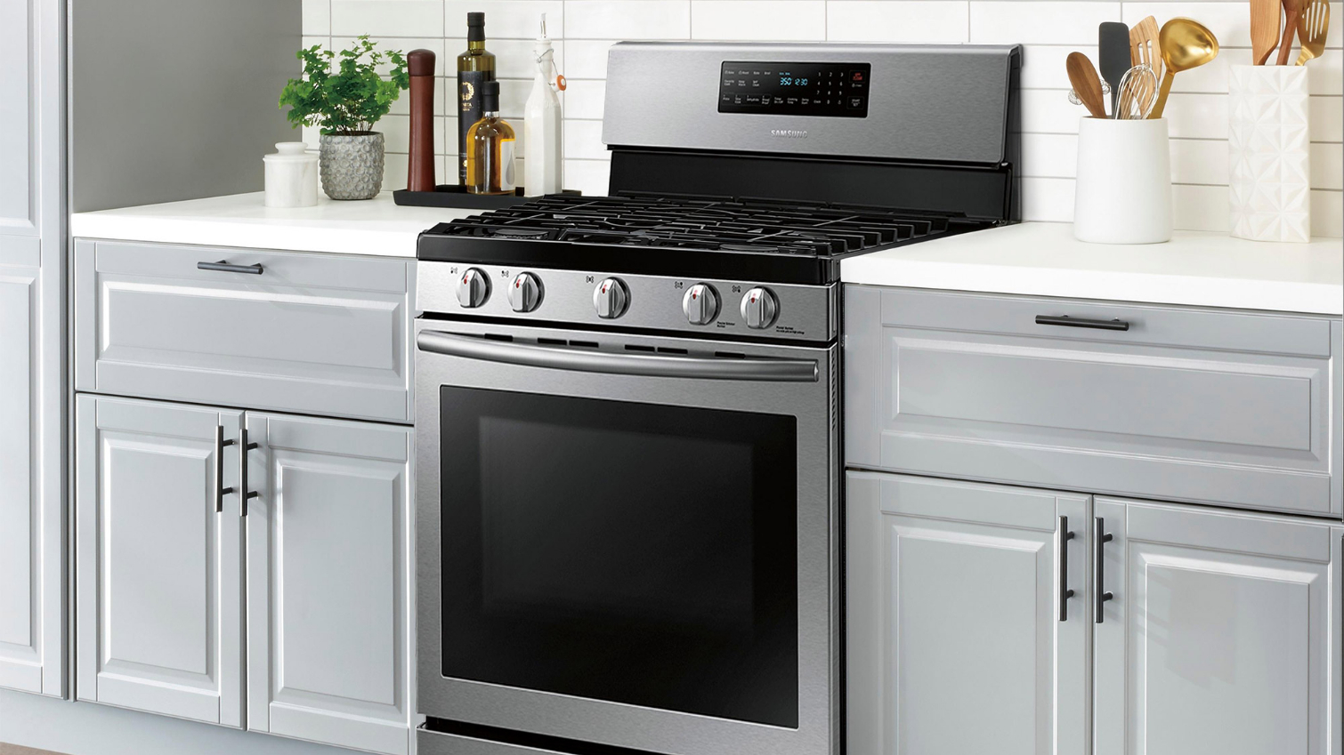 Photo of Gas stove in kitchen of Does a gas oven need a regulator?